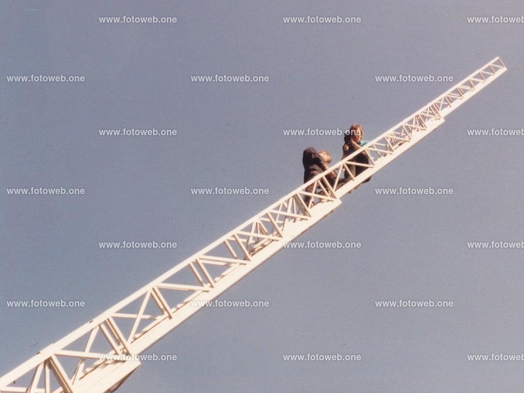 Frankreich Feuerwehrleiter 19 Juni 1988 | Auch als Busfahrer gehen wir mal gerne in die Luft, für ein gutes Gruppenfoto.