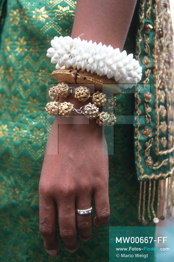 MW00667-FF | Kambodscha | Siem Reap | Reportage: Apsara-Tanz | Armringe einer Apsara-Tänzerin. Kambodschas wichtigstes Kulturgut ist der Apsara-Tanz. Im 12. Jahrhundert gerieten schon die Gottkönige beim Tanz der Himmelsnymphen ins Schwärmen. In zahlreichen Steinreliefs wurden die Apsara-Tänzerinnen in der Tempelanlage Angkor Wat verewigt.   ** Feindaten bitte anfragen bei Mario Weigt Photography, info@asia-stories.com **