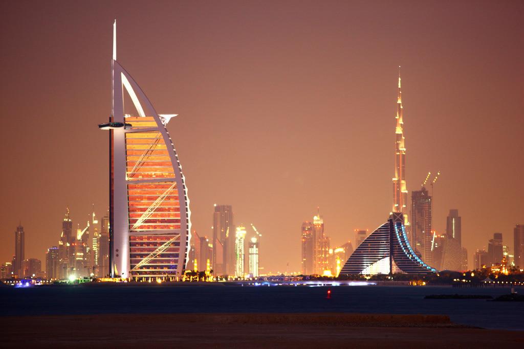 Dubai Marina | Skyline von Dubai Marina, links der Burj Al Arab, rechts das Jumeirah Beach Hotel, hinten der Burj Khalifa, das hoechste Gebaeude der Welt. In der Abenddaemmerung.  Dubai,  ARE, Vereinigte Arabische Emirate