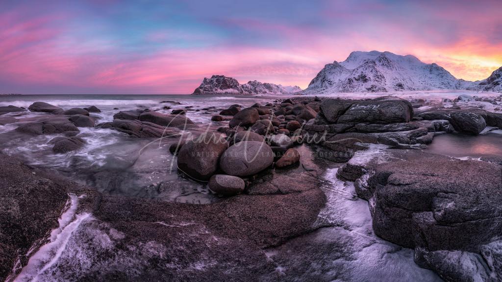 Raue Küste im Morgenlicht