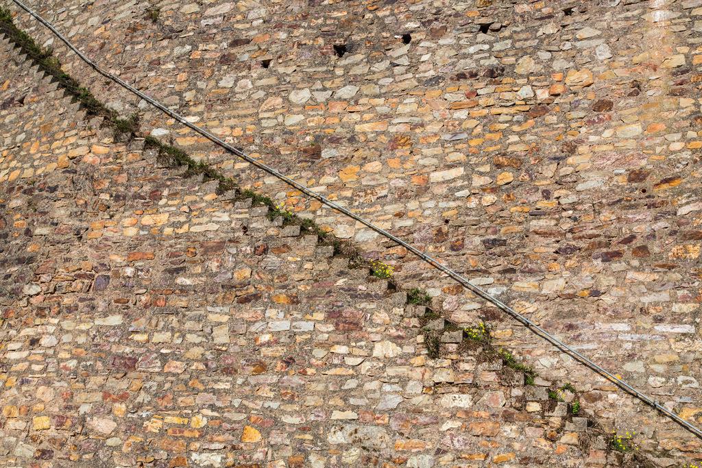 JT-150918-320 | Bruchsteinmauer, mit Treppenstufen, in einem Weinberg,