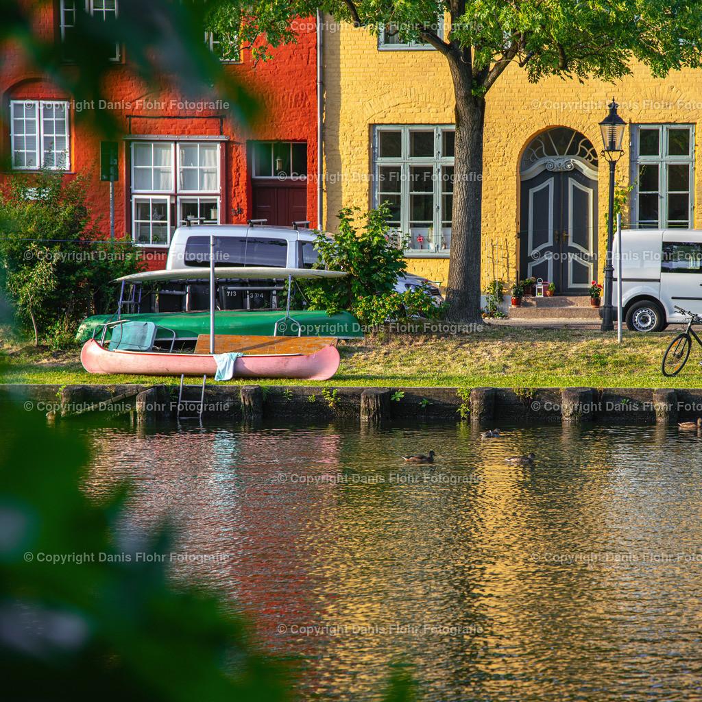 Farbenfroher Malerwinkel | Ein Kanu und farbenfrohe Häuser am Malerwinkel.