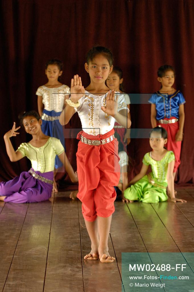 MW02488-FF   Kambodscha   Phnom Penh   Reportage: Apsara-Tanz   Tanzpose einer Schülerin der Tanzschule. Sie lernt den Apsara-Tanz. Sechs Jahre dauert es mindestens, bis der klassische Apsara-Tanz perfekt beherrscht wird. Kambodschas wichtigstes Kulturgut ist der Apsara-Tanz. Im 12. Jahrhundert gerieten schon die Gottkönige beim Tanz der Himmelsnymphen ins Schwärmen. In zahlreichen Steinreliefs wurden die Apsara-Tänzerinnen in der Tempelanlage Angkor Wat verewigt.   ** Feindaten bitte anfragen bei Mario Weigt Photography, info@asia-stories.com **