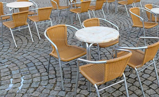 Leer stehende Stühle und Tische (Corona-Lockdown) | Leere Restaurants und Cafés zur Zeit des Lockdowns bei Covid-19-Ausbruch in Deutschland.