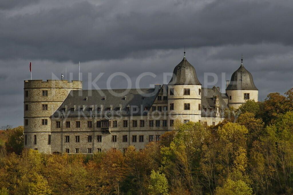 Wewelsburg | Die Wewelsburg ist eine Höhenburg mit einem dreieckigen Grundriss. Die Burg befindet sich im Stadtteil Wewelsburg der Stadt Büren. Die Burg beherbergt das Kreismuseum Wewelsburg und eine Jugendherberge.