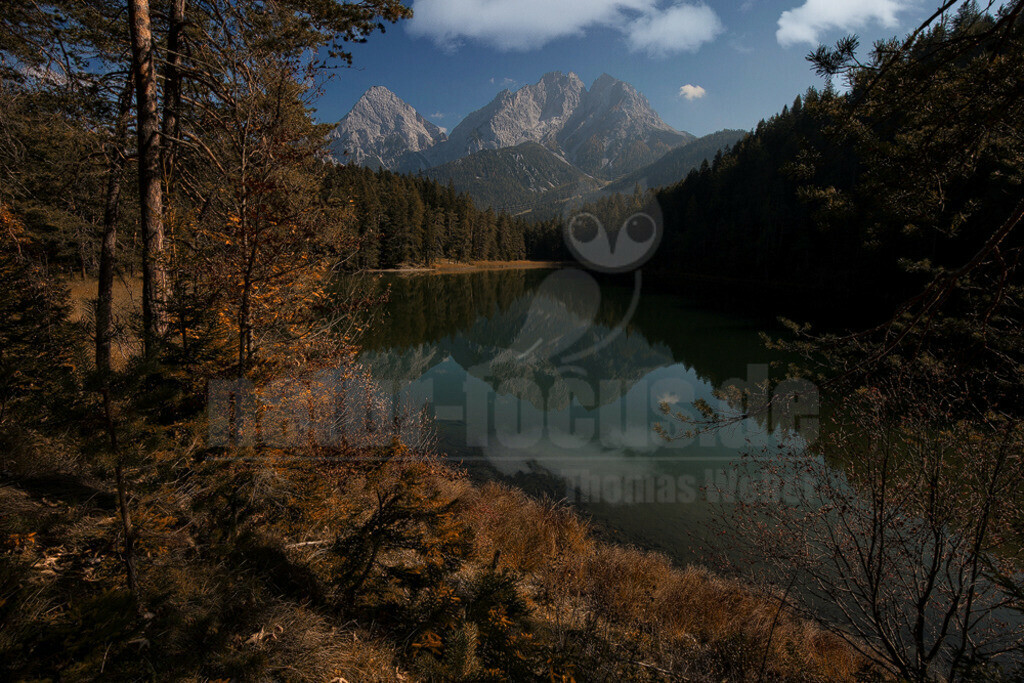 Herbst in Tirol | Der Wannig und die Sonnenspitze spiegeln sich im Mittersee in den Tiroler Alpen