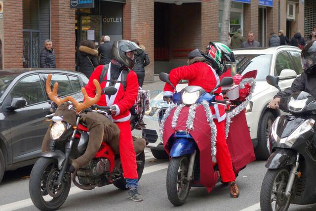 Motorradfahrer mit Weihnachstkostümierung | ESP, Spanien, Barcelona, 16.12.2018, Motorradfahrer mit Weihnachstkostümierung [2018 Jahr Christoph Hermann]