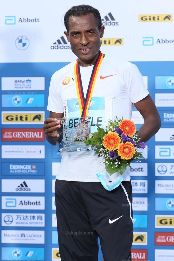 Guye Adola aus Äthiopien gewinnt den Berlin-Marathon 2021 | 26.09.2021, Berlin, Deutschland. Guye Adola aus Äthiopien gewinnt den 47. Berlin-Marathon in 2:05:45 Stunden. Den 2. Platz gewinnt der Kenianer Bethwel Yegon mit 2:06:14 Stunden und  den dritten Platz gewinnt der Top-Favorit Kenenisa Bekele mit 02:06:47 Strunden. Das Bild zeigt Kenenisa Bekele.