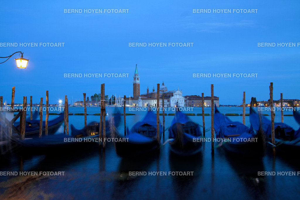 sleeping gondolas | Foto einiger Gondeln in Venedig mit Blick auf San Giorgio Maggiore, Italien. | Picture of some gondolas in Venice with the view to San Giorgio Maggiore, Italy.