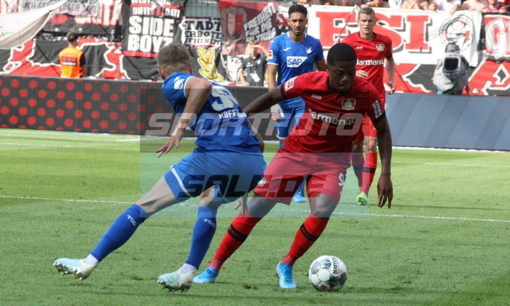Bayer 04 Leverkusen - TSG 1899 Hoffenheim | Leon Bailey setzt sich gegen Stefan Posch (links) durch