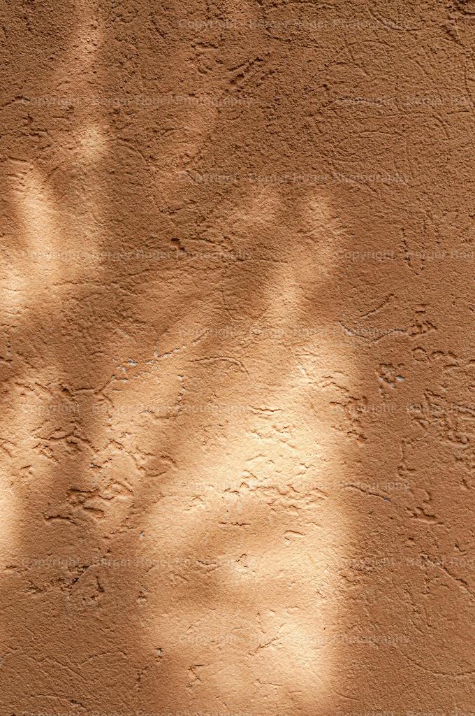 oranger Verputz mit Schatten | Textur / Struktur für Fotografen und Grafikdesigner, zum weiterverarbeiten