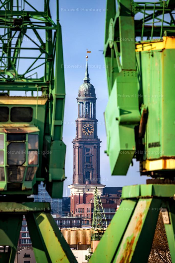 10200404 - Blick auf den Michel | Aussergewöhnlicher Blick vom Hamburger Hafen auf den Michel.