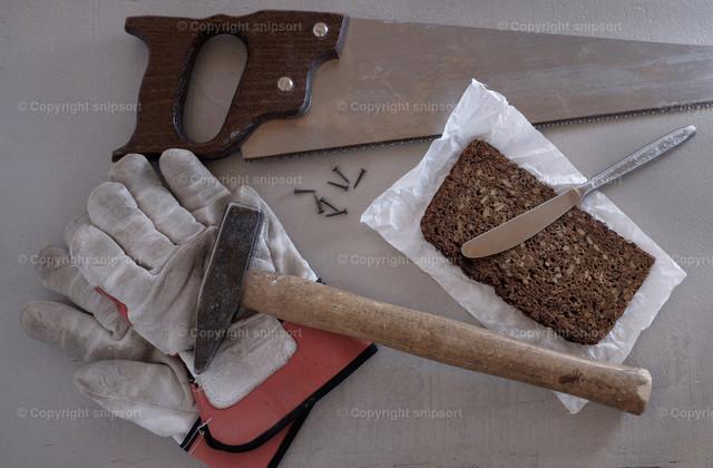 Werkzeug und Pausenbrot auf der Werkbank | Stillleben mit Werkzeug und Pausenbrot auf der Werkbank