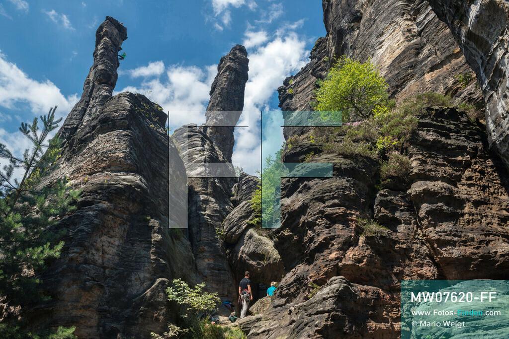 MW07620-FF | Deutschland | Sachsen | Sächsische Schweiz | Kletterer an der Herkulessäule im Bielatal. Das Tal mit dem Flüsschen Biela ist das beliebteste Klettergebiet des Elbsandsteingebirges mit über 230 Gipfeln und 3.000 Kletterpfaden.  ** Feindaten bitte anfragen bei Mario Weigt Photography, info@asia-stories.com **