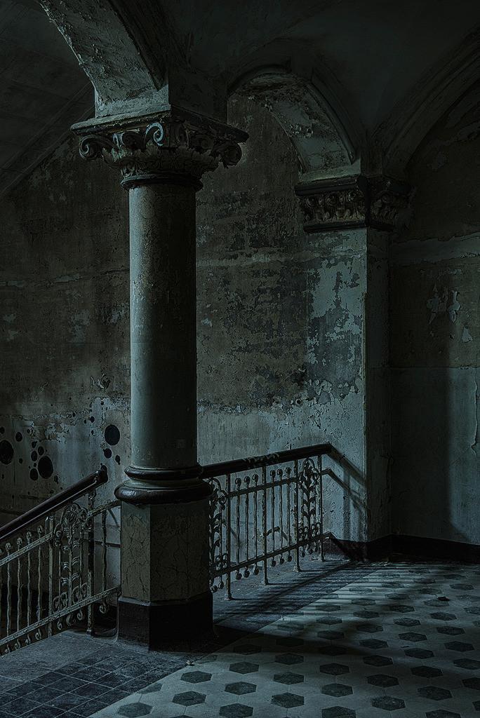 Treppenhaus Etage | Etage in einem Treppenhaus in den Beelitz Heilstätten