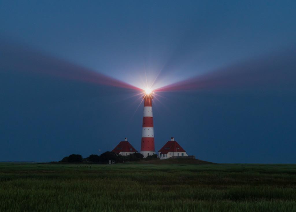 The Beams   Der Leuchtturm Westerhever im allerersten zarten Licht der Morgendämmerung