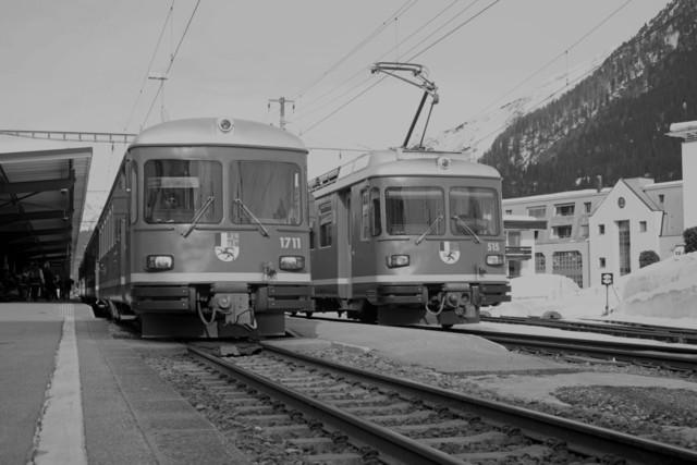 ABDt 514 & ABDt 515 (sw)   Beide Fahrzeuge begegnen sich im Bahnhof Davos Dorf