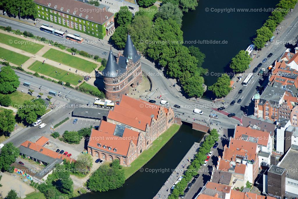 Lübeck_ELS_8555151106 | Lübeck - Aufnahmedatum: 10.06.2015, Aufnahmehoehe: 609 m, Koordinaten: N53°51.585' - E10°41.255', Bildgröße: 7360 x  4912 Pixel - Copyright 2015 by Martin Elsen, Kontakt: Tel.: +49 157 74581206, E-Mail: info@schoenes-foto.de  Schlagwörter;Foto Luftbild,Altstadt,HolstenTor,Kirche,Hanse,Hansestadt,Luftaufnahme,