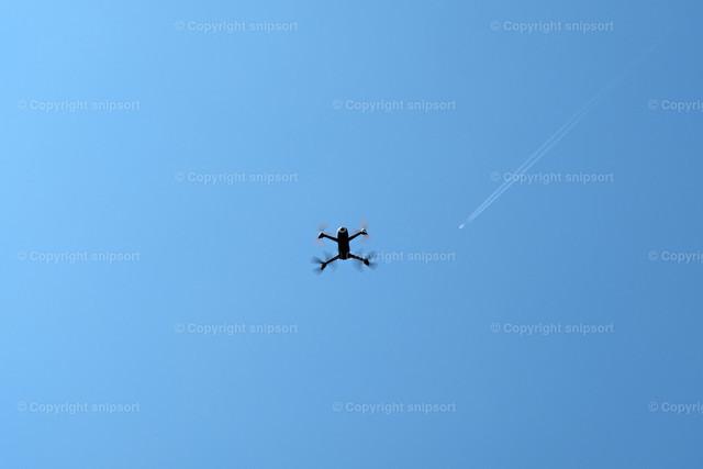 Drohne | Eine kreisende Drohne mit blauem Himmel im Hintergrund