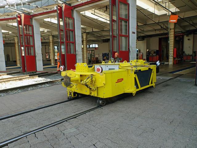 RhB Taf 2/2 | Der Elektrotraktor wartet vor dem Depot auf weitere Aufgaben.