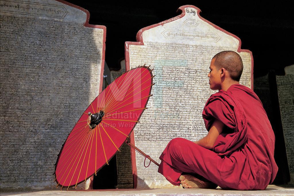 MW0115-04008   Fotoserie DER ROTE SCHIRM   Mönch liest Sanskrit auf heiliger Steintafel