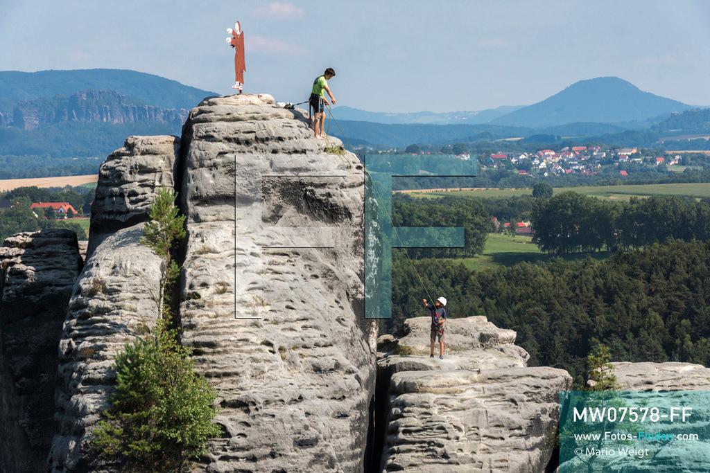 MW07578-FF   Deutschland   Sachsen   Sächsische Schweiz   Der Sandsteinturm Mönch ist ein beliebter Kletterfelsen in der Nähe der berühmten Basteibrücke im Elbsandsteingebirge. Junge Kletterer erreichten den Gipfel mit der Wetterfahne in Form eines Mönchs.  ** Feindaten bitte anfragen bei Mario Weigt Photography, info@asia-stories.com **