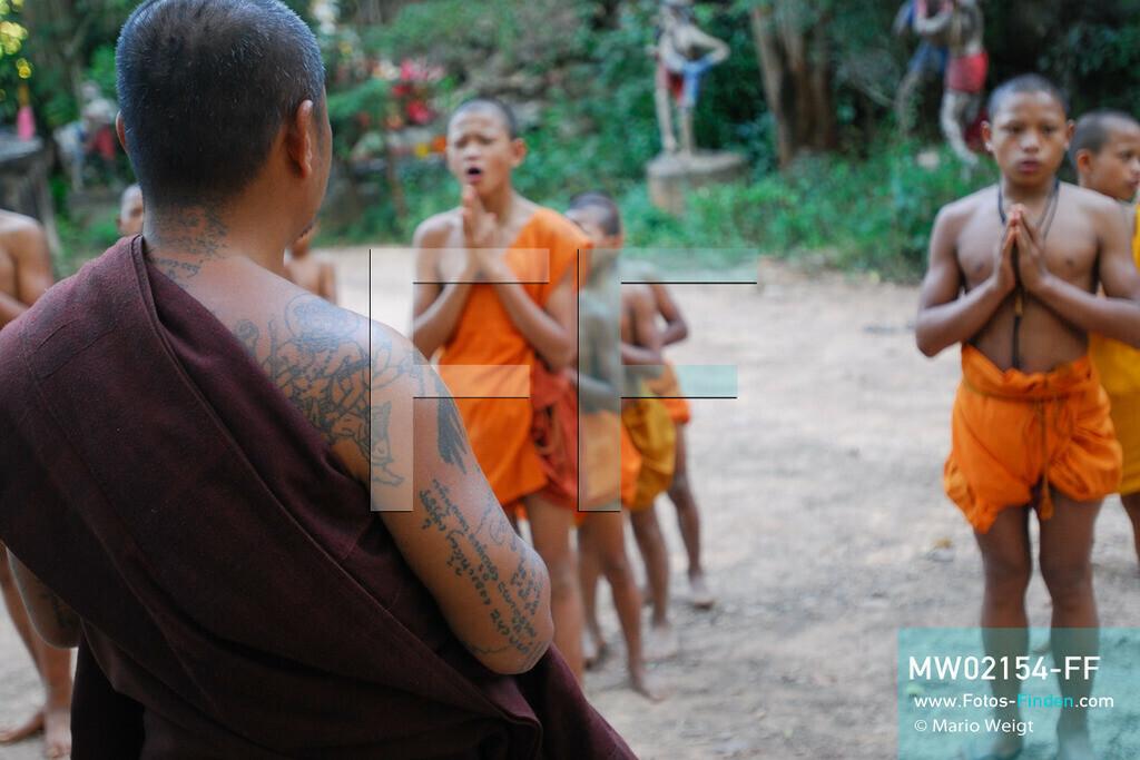 MW02154-FF | Thailand | Goldenes Dreieck | Reportage: Buddhas Ranch im Dschungel | Abt Phra Khru Bah Nuachai Kosito beendet das Training von Muay Thai (Thaiboxen) mit einem Gebet.  ** Feindaten bitte anfragen bei Mario Weigt Photography, info@asia-stories.com **