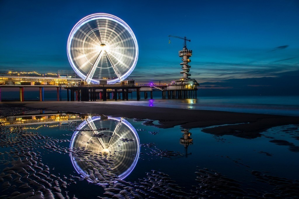 JT-161015-056   Pier in der Nordsee vor Scheveningen, Den Haag, Niederlande, mit vielen Restaurants, Geschäften, Bungee Sprungturm und Riesenrad,