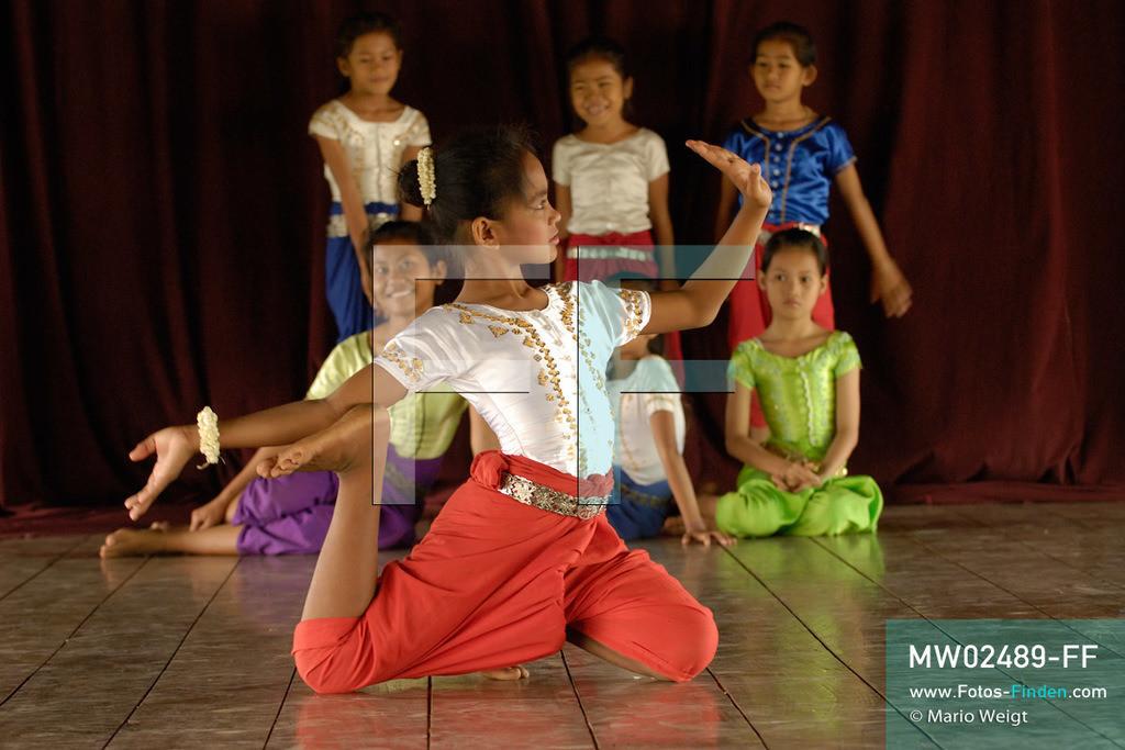MW02489-FF | Kambodscha | Phnom Penh | Reportage: Apsara-Tanz | Tanzpose einer Schülerin der Tanzschule. Sie lernt den Apsara-Tanz. Sechs Jahre dauert es mindestens, bis der klassische Apsara-Tanz perfekt beherrscht wird. Kambodschas wichtigstes Kulturgut ist der Apsara-Tanz. Im 12. Jahrhundert gerieten schon die Gottkönige beim Tanz der Himmelsnymphen ins Schwärmen. In zahlreichen Steinreliefs wurden die Apsara-Tänzerinnen in der Tempelanlage Angkor Wat verewigt.   ** Feindaten bitte anfragen bei Mario Weigt Photography, info@asia-stories.com **
