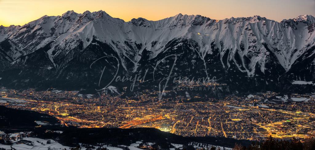 Panorama Innsbruck | Wunderschöner Blick auf die Lichter von Innsbruck und die tief verschneite Nordkette nach Sonnenuntergang