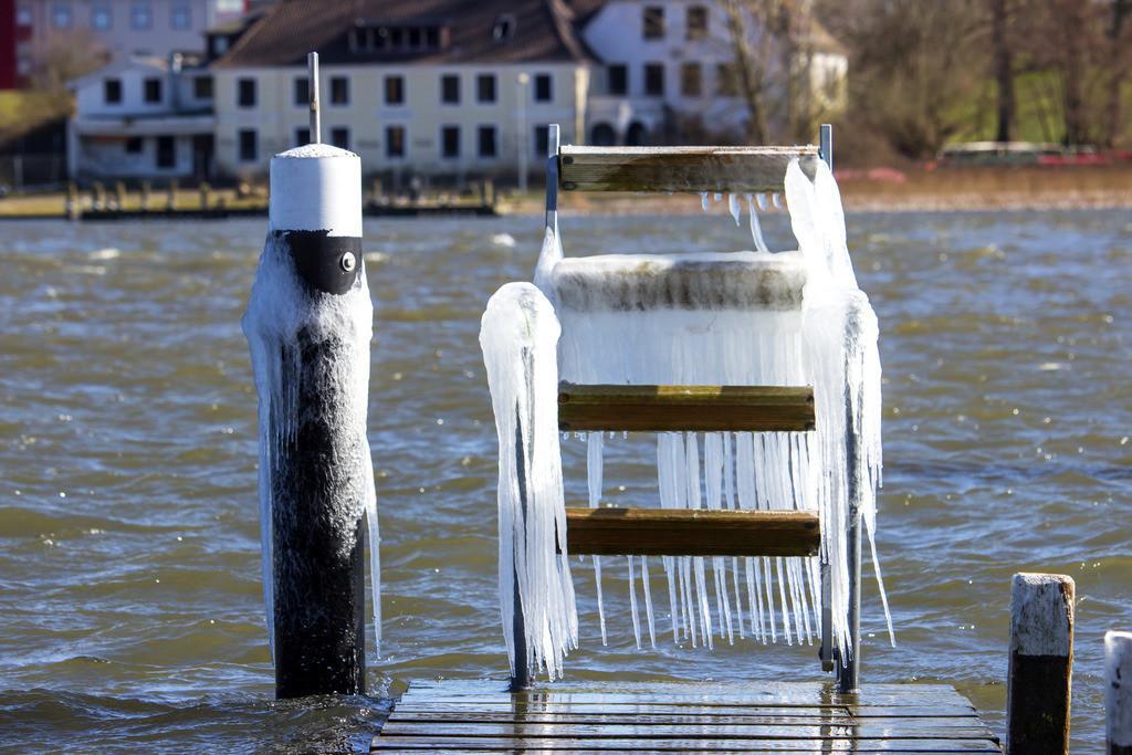 Arnis an der Schlei   Vereister Hafen in Arnis an der Schlei
