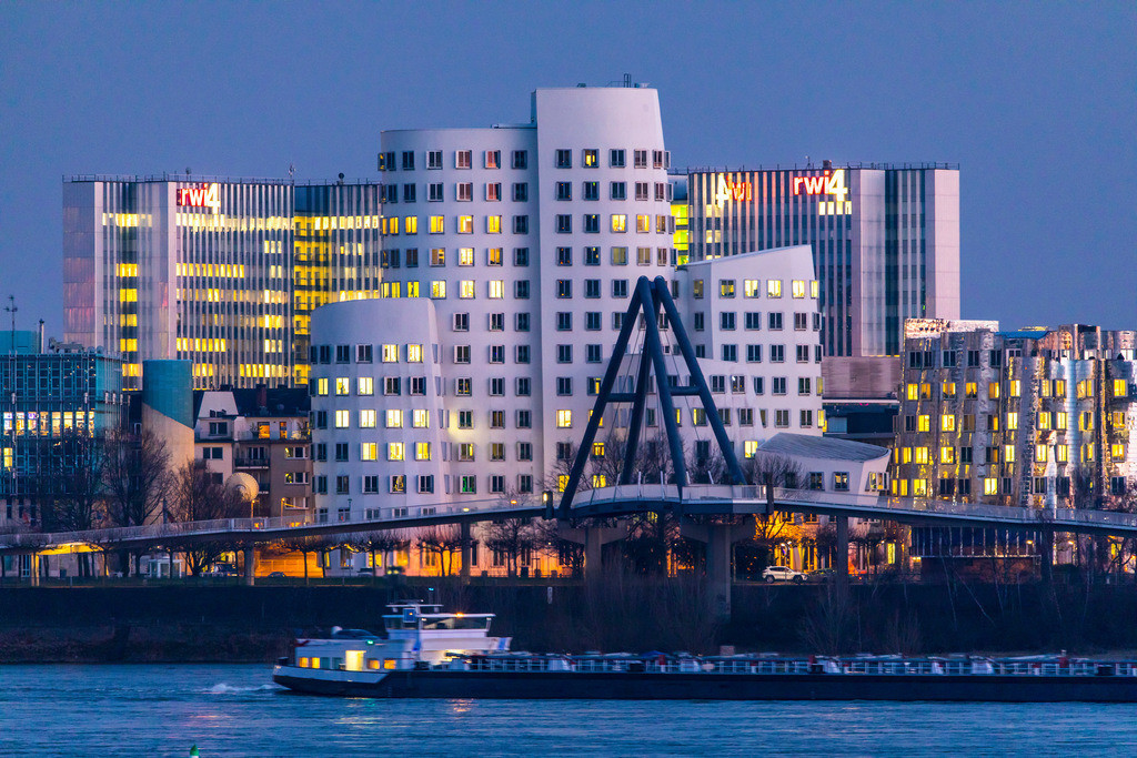 JT-180222-224 | Düsseldorf, die Gehry Bauten, Neuer Zollhof,  im Medienhafen, hinten der RWI4 Gebäude Komplex, Rhein, Frachtschiff,