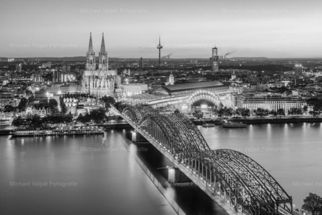 Blick über Köln am Abend schwarz-weiß | Blick über Köln nach Einbruch der Dämmerung in einer schwarz-weiß Version.