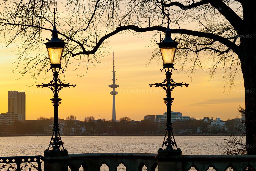 10210215 - Abend an der Schwanenwikbrücke | Wunderschöne Abendstimmung an der Hamburger Aussenalster mit Blick auf den Fernsehturm.