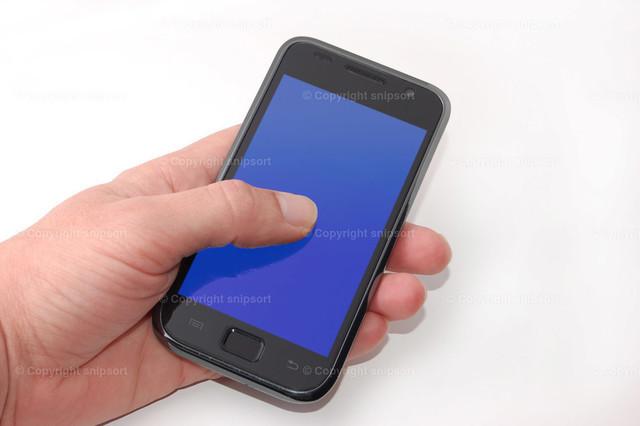 Smartphone in der Hand | Eine männliche Hand hält ein Smartphone