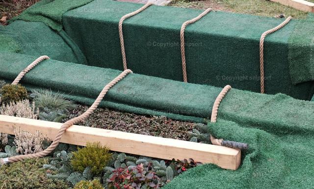 Frisches Grab | Frisch ausgehobenes, abgedecktes Grab.