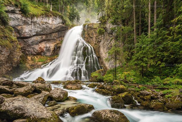Gollinger Wasserfall | Der Gollinger Wasserfall liegt etwa 30 km südlich von Salzburg im Tennengau in Österreich, an der Gemeindegrenze zwischen Golling an der Salzach und Kuchl. Er hat eine Fallhöhe von insgesamt 75 Meter, wobei die letzte Stufe eine Höhe von 25 Meter hat.