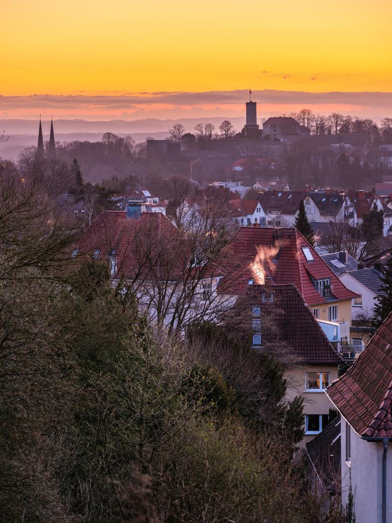 Frühlingssonnenaufgang und Sparrenburg | Sonnenaufgang über der Sparrenburg in Bielefeld.