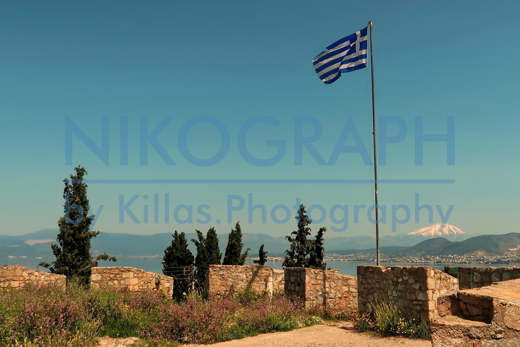 Festung Karababa | Die griechische Fahne auf der Festung Karababa bei Chalkida gegenüber der griechischen Insel Euböa.