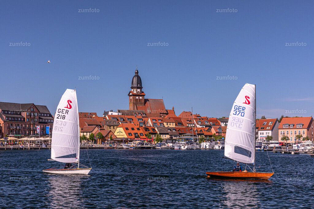 180505_1603-1719-A | --Dateigröße 6720 x 4480 Pixel-- Segelboote im Warener Stadthafen mit Blick Richtung Marienkirche