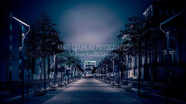 Berlin, Regierungsviertel, Paul-Löbe-Allee | auf der rechten Seite sieht man am Reichstag vorbei zum Fernsehturm. Links befindet sich das Paul Löbe Haus Nachtaufnahme analoger Vintage Look, sehr grobkörnig