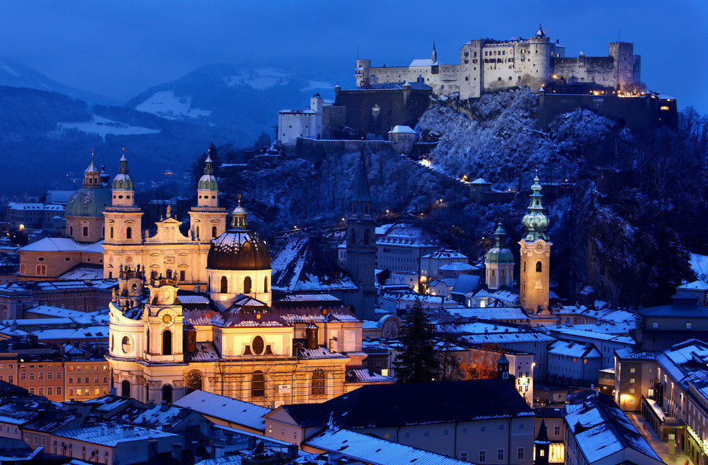 JT-091213-002   Altstadt mit Kollegienkirche, Dom und der Festung Hohensalzburg, am Abend, Winter. Salzburg, Österreich, Europa.