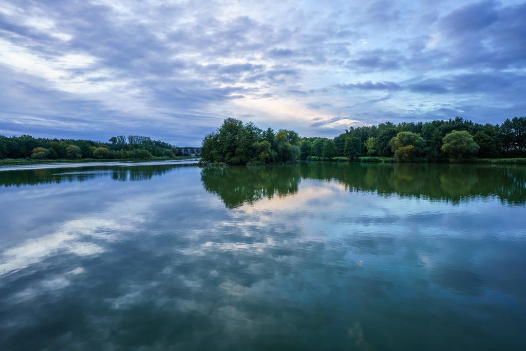 Wasserspiegelung am Obersee   Wolken spiegeln sich im Wasser des Obersees.
