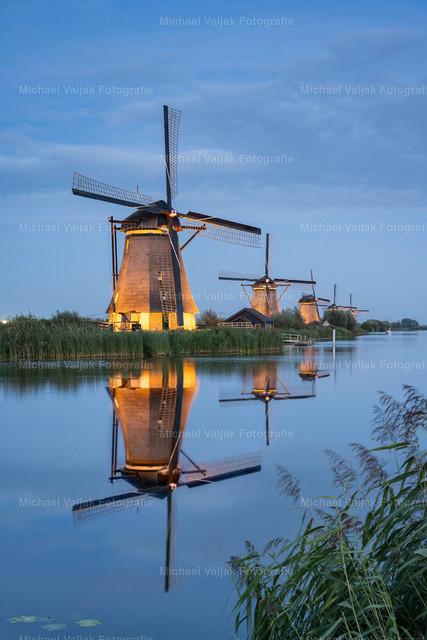 Beleuchtete Windmühlen in Kinderdijk bei Rotterdam | Einmal im Jahr, im September, werden die Windmühlen in Kinderdijk während der