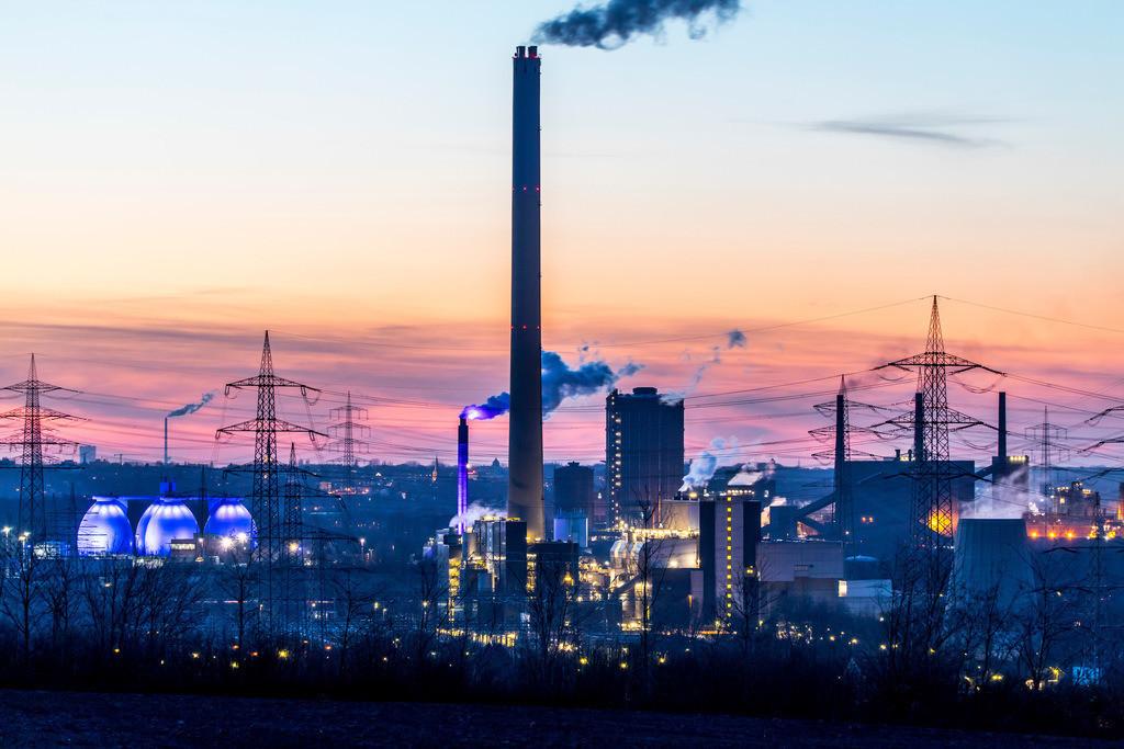 JT-18021-089 | Kokerei Proper in Bottrop,rechts,  Faultürme des Emscherklärwerks, RWE Müllverbrennungsanlage Essen-Karnap,