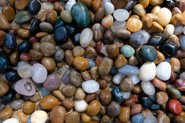 Bunte Kieselsteine | Hintergrund aus vielen bunten, glatten Kieselsteinen