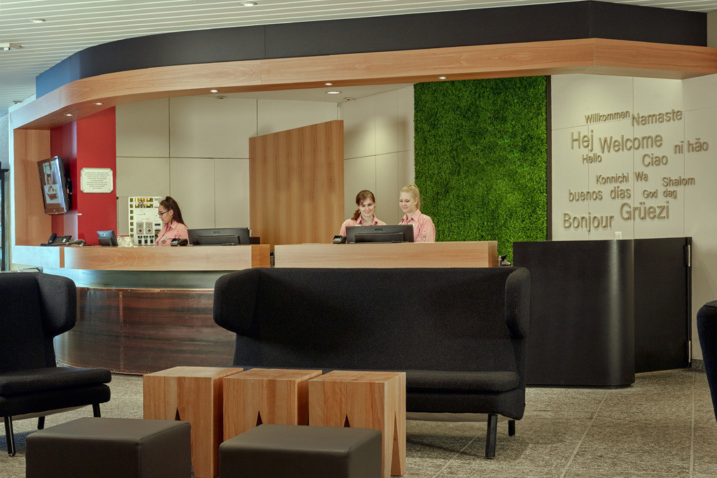 lobby-rezeption-02-hplus-hotel-engelberg