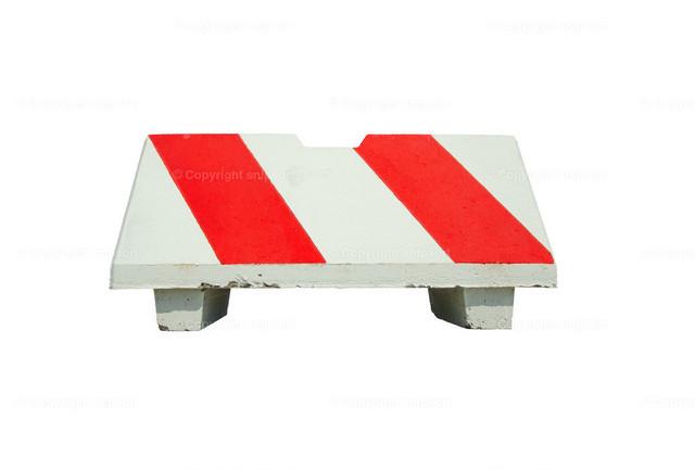 Betonabsperrung | Eine rot-weiß gestrichene Betonabsperrung für Autos (freigestellt).