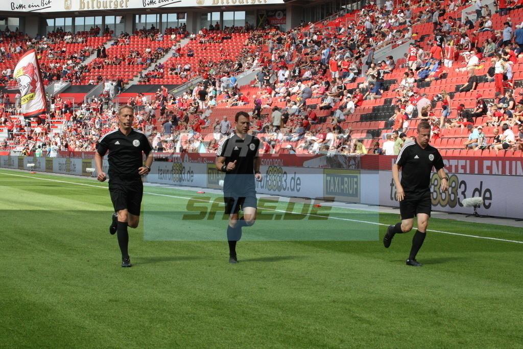 Bayer 04 Leverkusen - TSG 1899 Hoffenheim | Das Schiedsrichtergespann beim Warmup: Thorsten Schiffner (links), Felix Zwayer (mitte) und Marco Achmüller