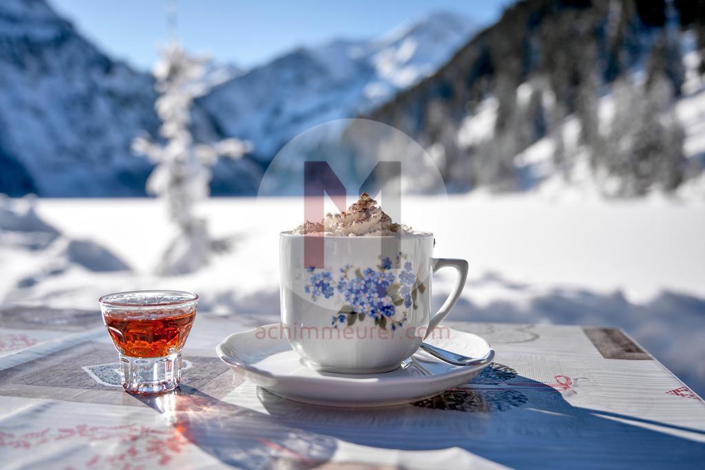 Heiße Schokolade beim Einkehrschwung am Vilsalpsee, Tannheimer Tal, Tirol, Österreich
